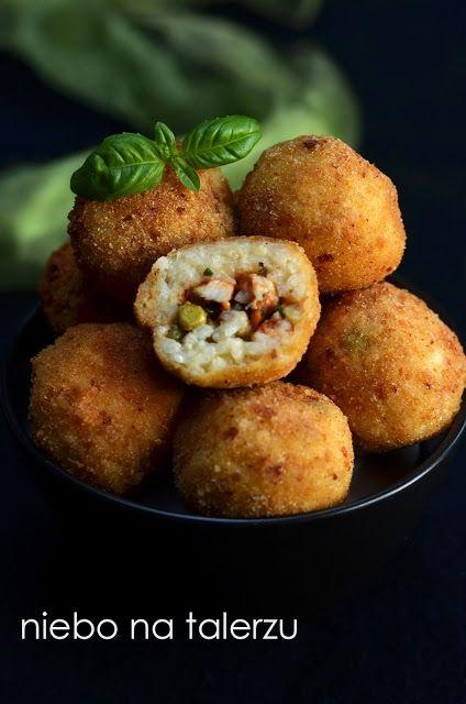Zobacz zdjęcie Przekąska na sylwestra. Kulki z ryżu. Włoskie arancini   składniki ( na ok. 15 szt) :  - 1,5 szklanki ryżu do risotto (np. arborio) - duża cebula lub dwie małe - 3 szklanki bulionu warzywnego lub mięsnego, ew. zwykłej, osolonej wody - 2 łyżki masła lub oliwy z oliwek -  100 g parmezanu, grana padano lub innego sera w tym rodzaju - jajko -sól, pieprz do smaku, ew. szafran lub curry dla koloru, oregano, ostra papryka itp. nadzienie: - ok. 200 g mięsa mielonego (drobiowego…