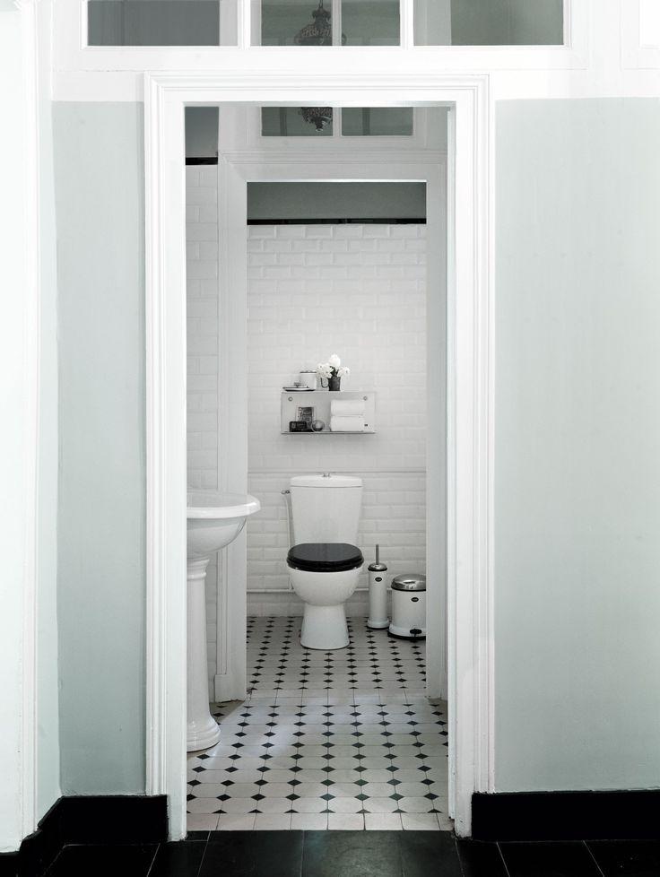 Eksklusivt badeværelse med enkle linjer. se hele boligen på www ...