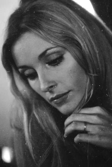 Sharon Tate, a rare shot of her wearing her wedding ring ...