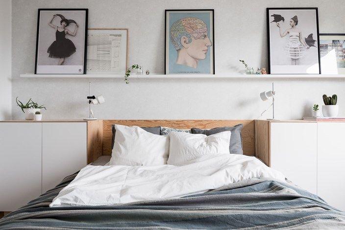 Lundin Fastighetsbyrå - 2:a Masthugget  -  Ljus tvåa med stora fönsterpartier & genomtänkt planlösning!  OSB Plywood DIY  Inredning lägenhet karta trä växter hylla sovrum tavlor bedroom