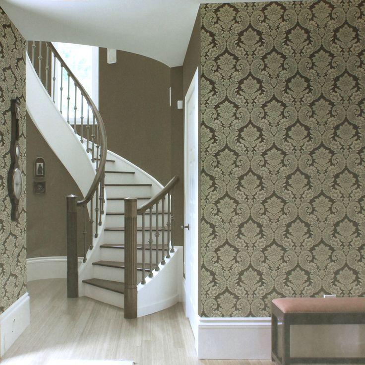 O papel de parede lavável adamascado também pode ser uma ótima opção, pois tem cores fortes, que deixam a decoração mais sóbria e clássica.