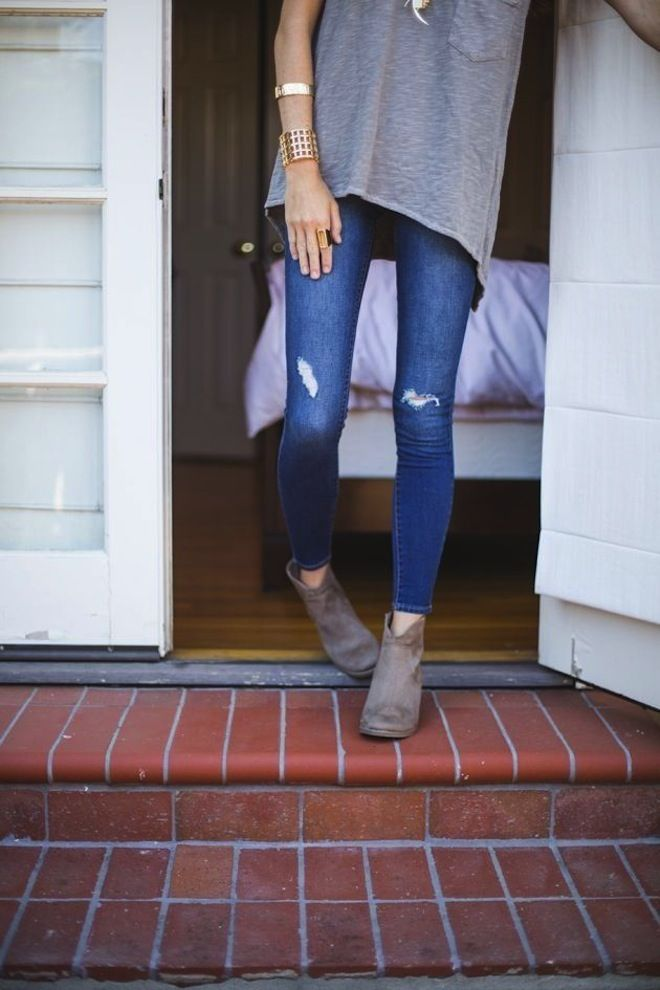 skinny jeans / boots / gold jewelry