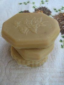 Σαπούνι με γάλα και μέλι.Ή μήπως να το ονομάσω Κλεοπάτρα; Έφτιαξα σαπουνάκι γαλατομελένιο. Υλικά 131 γρ. λάδι καρύδας 85 γρ. φοινικέλαιο 19...