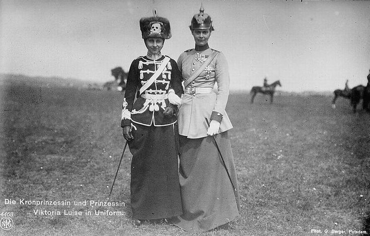 Принцесса Виктория Луиза (справа) и кронпринцесса Германии. Боевиты. Первая мировая.