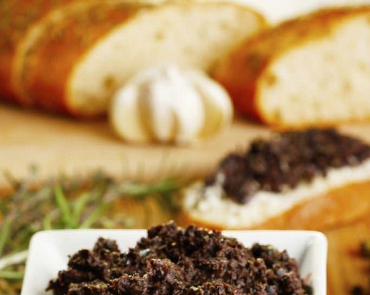 Desi cel mai adesea pasta de masline se foloseste pentru a pregati niste bruschete delicioase, poate fi savurata si pe biscuiti sarati, cu legume