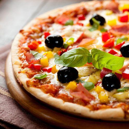 Ce poate fi mai rapid şi mai săţios decât o pizza cu blat crocant şi subţire şi un topping cu ingrediente proaspete? Probabil o salată, ar răspunde vegetarienii. Pentru noi, ceilalţi, o pizza este răspunsul corect.