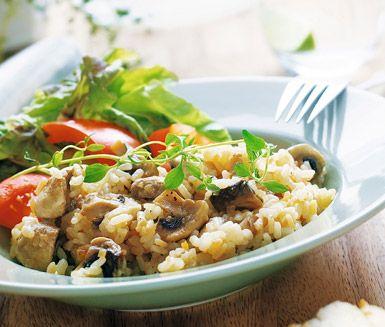 Krämig, god och lättlagad risotto med champinjoner, parmesanost och avorioris. Denna smakfulla och vegetariska svamprisotto serveras med bröd och sallad.
