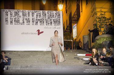 """Trent'anni dedicati all'amore per la moda, allo stile e alle donne. Questo il fil rouge che ha caratterizzato la magnifica kermesse dello stilista Alessio Visone. """"Trent'anni dedicati allo stile"""" il titolo della collezione autunno – inverno 2015/2016 che si è tenuta sulla immensa scalinata Francesco D'Andrea di Via dei Mille, a Napoli. Più di 200 persone, tra amici, giornalisti, fotografi,[Leggi...]Condividi su:"""