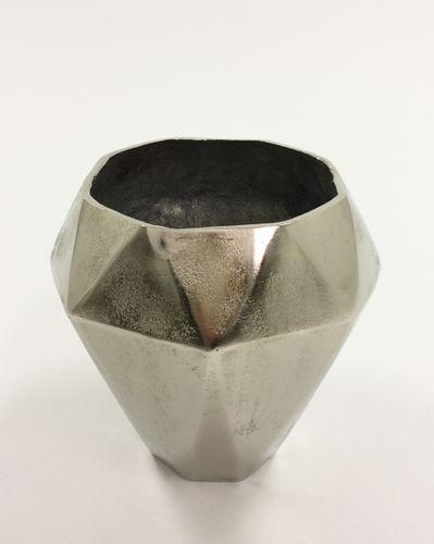 Tøff og rustikk Alexandria vase med et moderne preg. Varen er produsert i formstøpt, nikkelbelagt aluminium.  Obs: Varen er ikke vanntett.  Mål: Høyde 27 cm Ø bunn 12 cm Ø topp 21 cm  Materiale: Nikkelbelagt aluminium  Varenummer: 550457