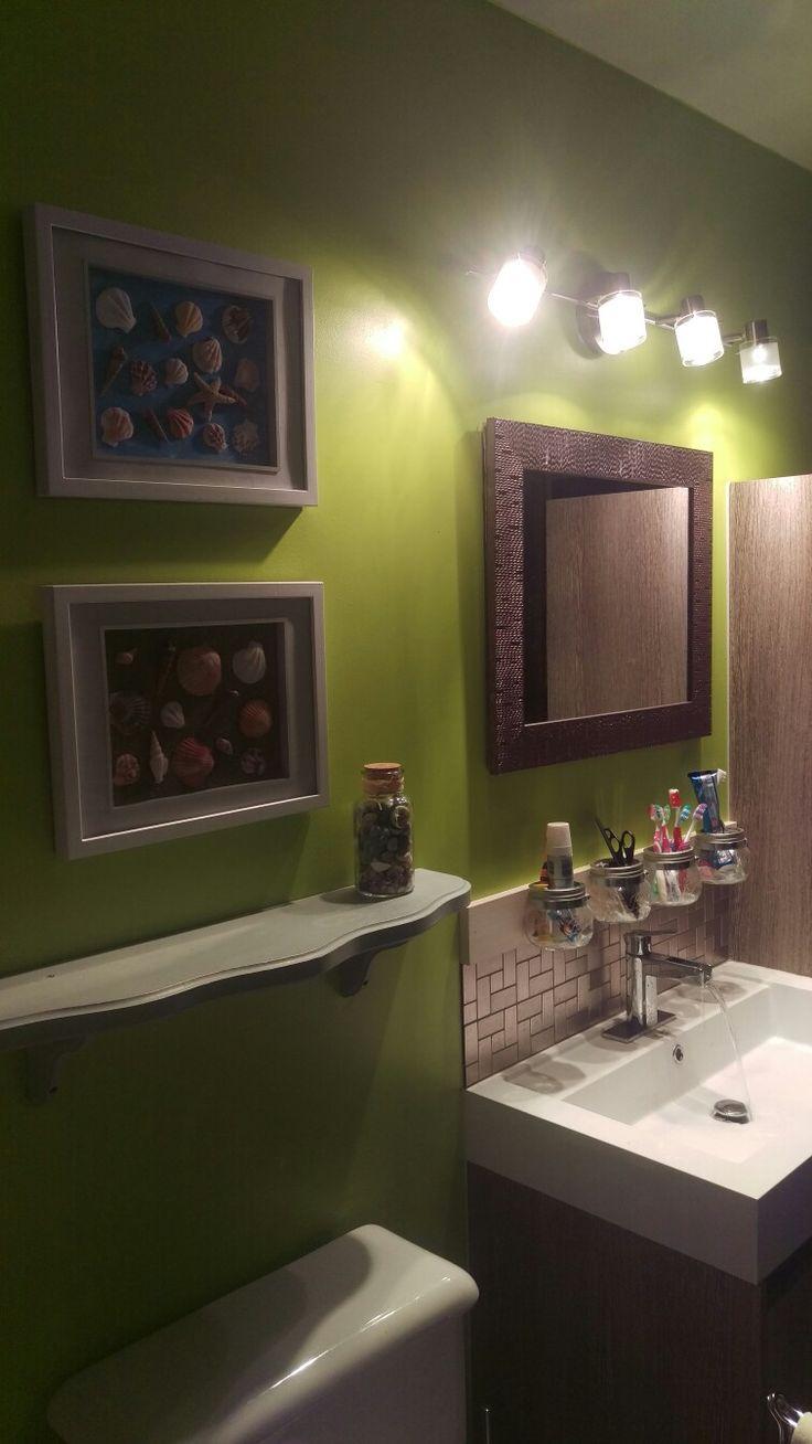 Notre rénovation de salle de bain et ma déco fait par moi-même : cadres avec coquillages, un dont le font est peint en bleu, l'autre est fait avec du sable et rangement au dessus du lavabo avec des pots masson.