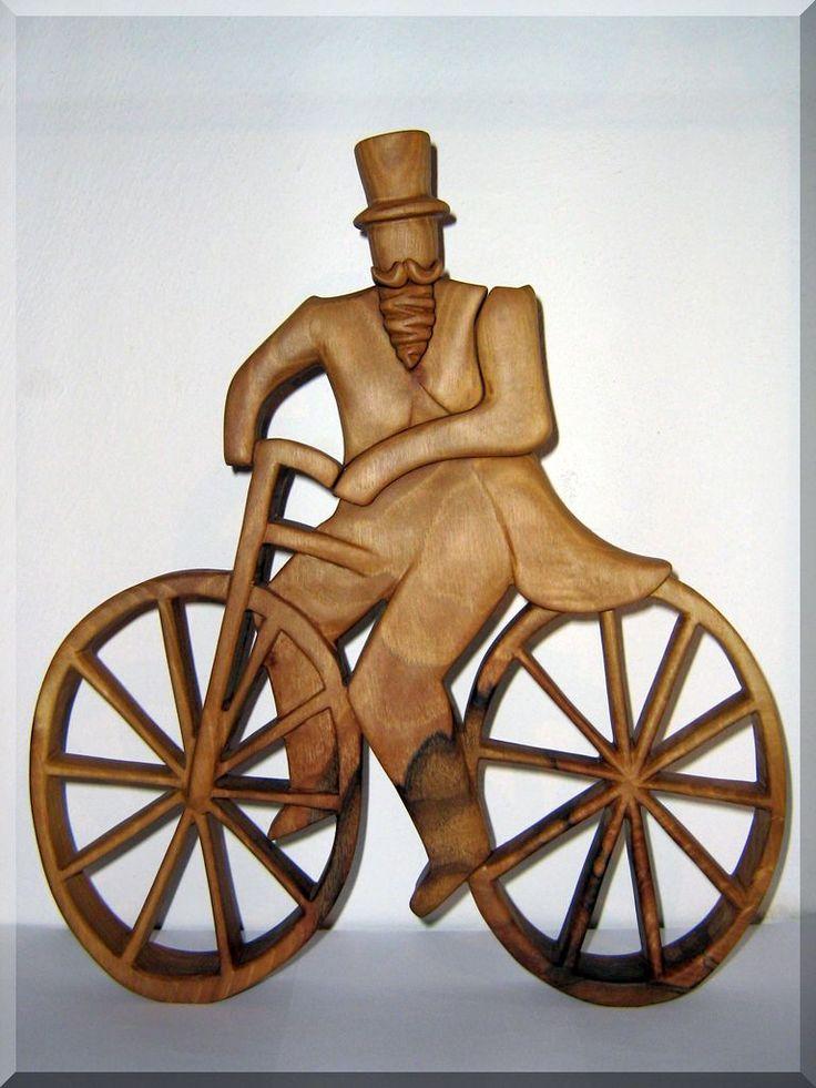 Historický cyklista - soška ze dřeva