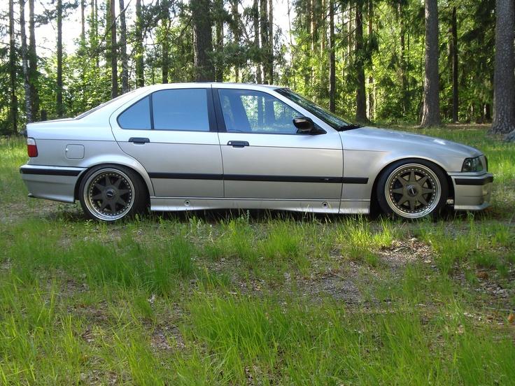 Rauli Hakkaraisen BMW e36 325i Sedan näyttää hienolta kesäisessä maisemassa.
