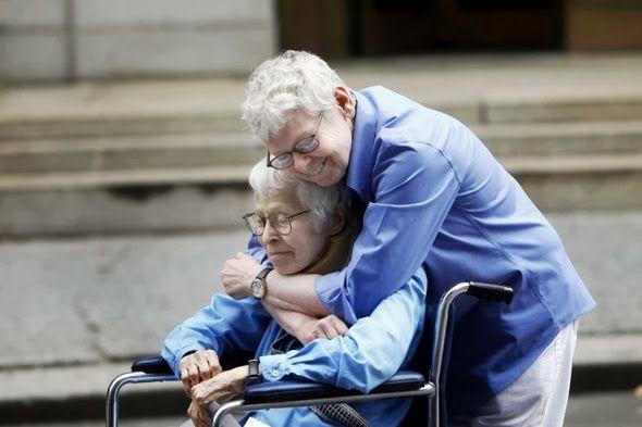 Phyllis Siegel y Connie Kopel se abrazan tras convertirse en la primera pareja del mismo sexo en contraer matrimonio en Manhattan, 2011.