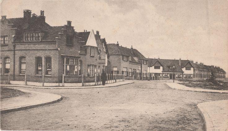 Hugo de Grootstraat in Gorinchem. De huizen in de Lingewijk (ook Zandvoort genoemd in de volksmond) zijn net gebouwd, de bebouwing aan de rechterzijde van de straat moet nog worden uitgevoerd. De bestrating ligt er ook nog niet in. Ansichtkaart verstuurd in 1918 door Dientje, die woonachtig was in de Dalemstraat 583 (dit werd in 1929 huisnummer 27)   Barry van Baalen