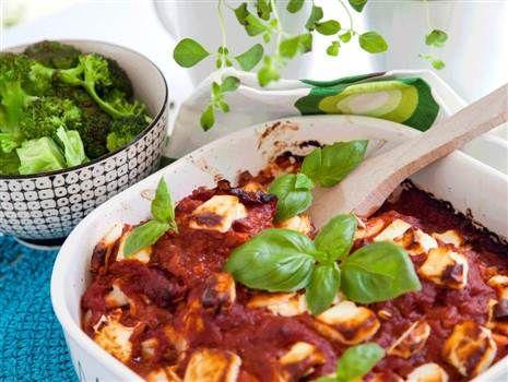 Fetaostfylld kyckling i tomatsås med ris och broccoliblommor