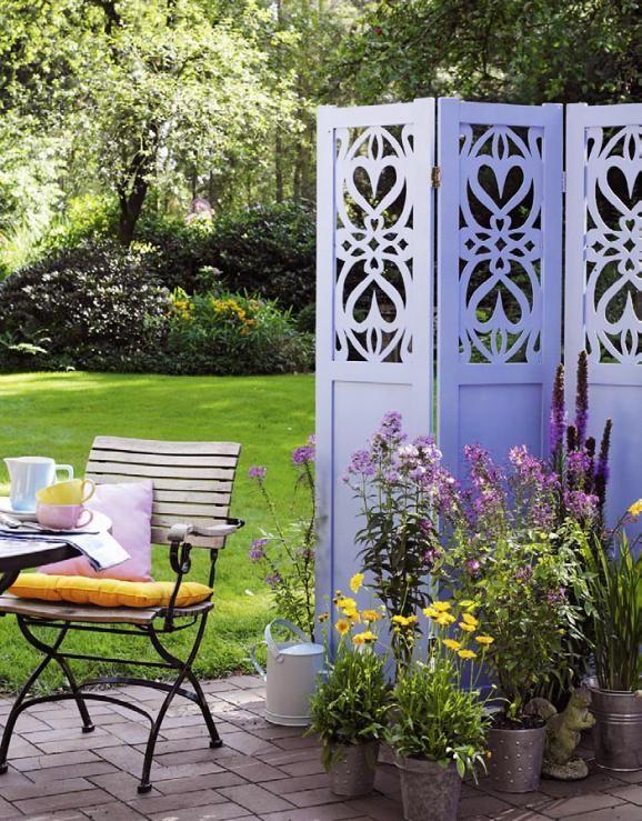 Blauer Paravent im Garten