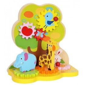 V raji je veselo! V drevenej hračke Raj v pohybe tancuje sloník, žirafa a slimáčik a vtáčik a motýlik trasú jabloňou. Zajačik sa stará len o svoju mrkvu. Pomocou červenej rukoväti možno otáčať dve skupiny ozubených drevených koliesok tejto rôznofarebnej drevenej hry. Drevená hračka Raj v pohybe je vhodná pre dievčatká i chlapcov od 3 rokov. Je zložená z pohyblivých častí, tak poteší zrak i ruky.