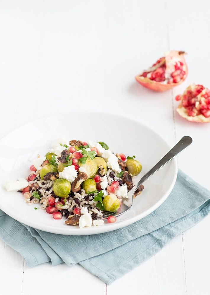 Lekker voedzaam en gezond recept voor een wilde rijstsalade met geroosterde spruitjes.
