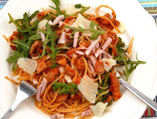 Pasta med tomatsås och skinka