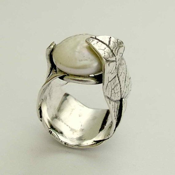 Botanical sterling silver leaf ring with a coin por silvercrush