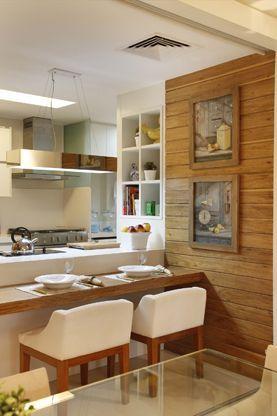 Decoração apartamento pequeno cozinha americana branca e madeira