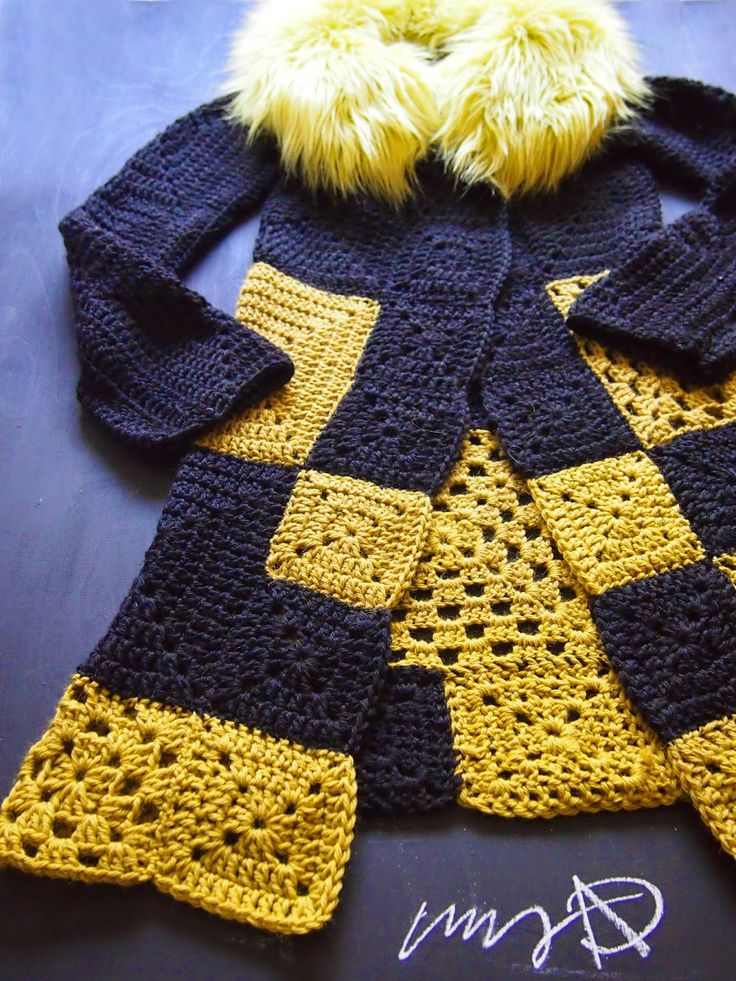 MUSTA ruutuvillatakki, osa 3 | Crochet Granny Square Coat by designer Virpi Siira. This Finnish blogger turns her posts into a visual feast. Equal parts art + tutorial. | VMSomⒶ KOPPA