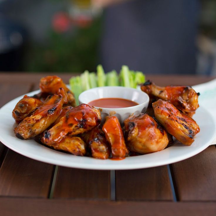 Frank's RedHot Buffalo Chicken Wings Directions: BAKE wings in foil-lined pan at 450 °F for 30 min. until crispy, turning once. COMBINE Frank's RedHot Sauce and butter in bowl. TOSS wings in sauce to coat completely. Serve with blue cheese dressing and celery sticks.
