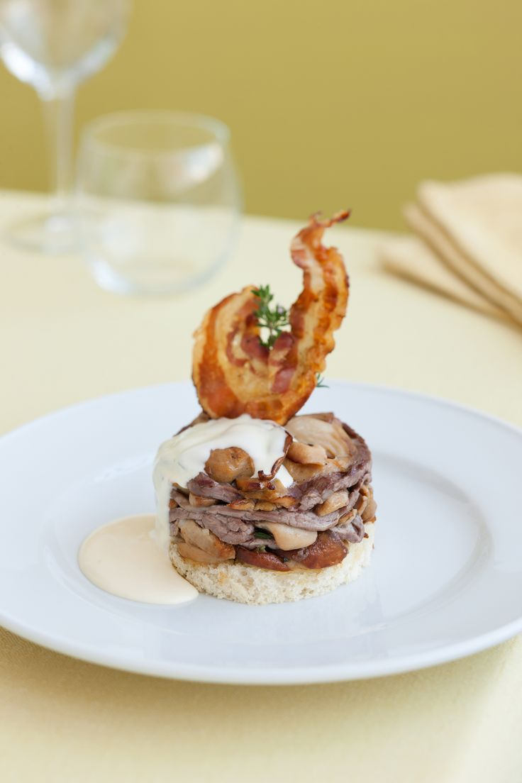Scopri come realizzare un raffinato millefoglie di filetto e funghi porcini. Leggi la ricetta su Sale&Pepe.