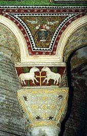 """Capitel bizantino con """"cimacio"""", perteneciente a la iglesia de San Vital de Rávena. Es la evolución del capitel corintio hacia un concepto más abstracto. El cimacio (una pirámide invertida), estiliza la columna y la descarga del peso de la arcada."""