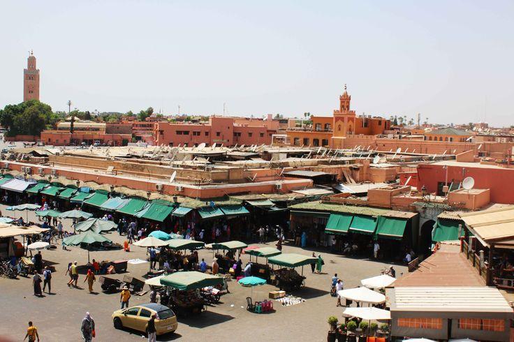 La Plaza de Yamaa el Fna en Marrakech, Marruecos. Visita mi página web para leer mis aventuras en Marruecos: https://unachicatrotamundos.wordpress.com/2016/08/03/marrakech-una-ciudad-de-colores-y-especias/