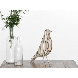 [H2]Der kleine Vogel [H2] aus Birkenholz ist ein kleines, pflegeleichtes Haustier das Blicke auf sich zieht. Angelehnt an die Ikone der 50er Jahre ist der Vogel eine Neuinterpretation zum selber bauen.Die Teile für den Housebird sind mit einem hochpräzisionslaser ausgeschnitten und somit passgenau. Mit der mitgelieferten Anleitung erfolgt der Aufbau binnen weniger Minuten.Der Vogel ist ein sehr schönes Geschenk für Designbegeisterte und alle die auf der Suche nach etwas seltenem und…