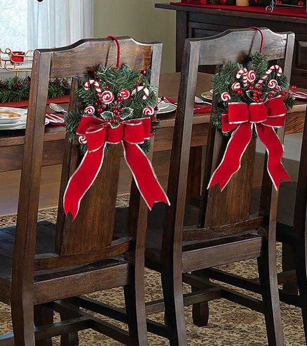 No dudes en preparar estas originales fundas para decorar las sillas en las comidas y cenas navideñas de este año.