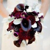 Brautstrauß mit schwarzer Calla und dunkelroten Dahlien