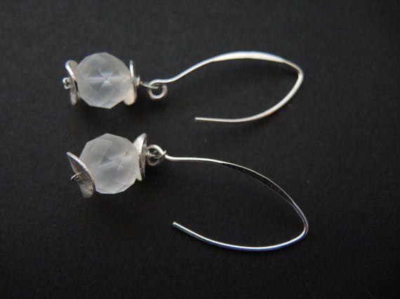 Wit zilveren oorbellen, handgemaakt kralen half edelsteen hangende oorbellen van iced bergkristal, zilveren oorhaakjes: FlorenceJewelshop