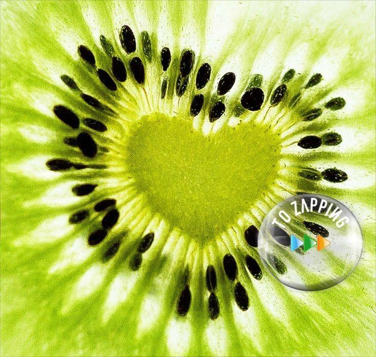 Los beneficios ocultos que no sabías sobre el kiwi. El kiwi es una fruta que nos aporta muchos beneficios, es originaria de china pero actualmente la gran