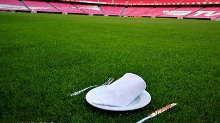 O relvado do Estádio da Luz, um prato, talheres e um guardanapo: que mistura é esta que o Benfica fez este domingo? Será fácil explicar a imagem partilhada