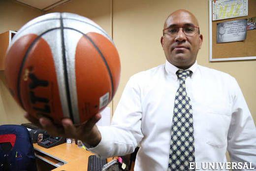 Desde 1998 Jhon Alexander Triviño Gainza dedica cada fin de semana al entrenamiento en baloncesto de adolescentes de todos los sectores en el municipio Baruta y actualmente es el presidente de la Liga de Baloncesto Menor y organizador principal de la Liga Metropolitana en la misma especialidad. (Foto: Oswer Díaz)