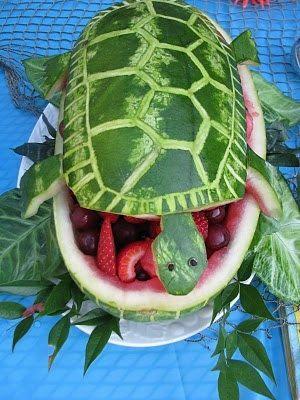 Tortuga de sandia rellena de frutas.