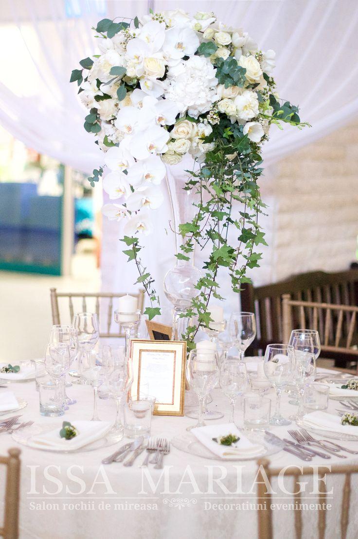 Decor nunta scaune chiavari aurii si aranjamente pe vaze cilindrice IssaMariage 2017