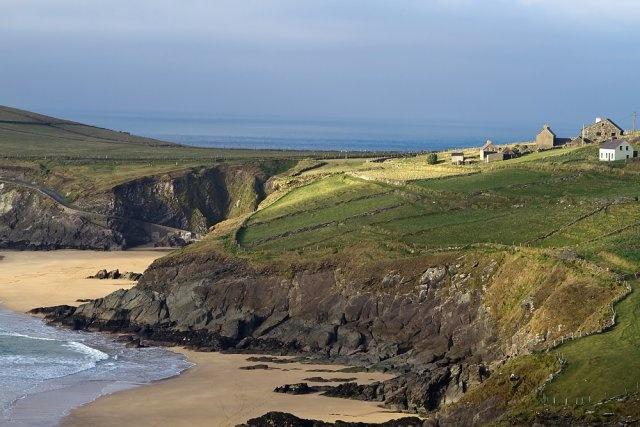 Półwysep Dingle, Irlandia. Dingle to półwysep w hrabstwie Kerry, na południowo-zachodnim wybrzeżu Irlandii. Malownicze góry, długie piaszczyste plaże i formacje skalne, a także malownicze miasteczko Dinglez pewnością warte są zobaczenia.