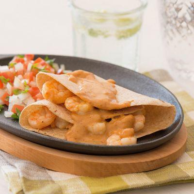 Enchiladas de camarón con salsa chipotle – Aquí una comida tradicional perfecta para la Cuaresma. ¡Llena de sabores hispanos y con la cantidad exacta de picante!