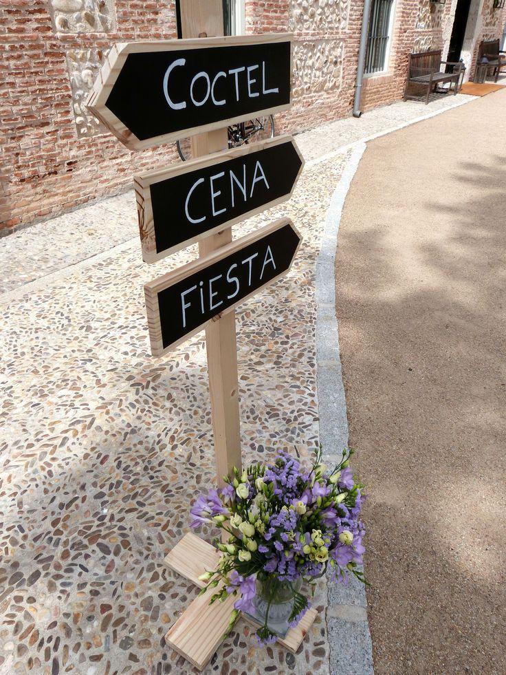 Nuestras señales de madera BWE. www.thebestweddingever.es #señalesboda #señalesmadera #flechas #bodas