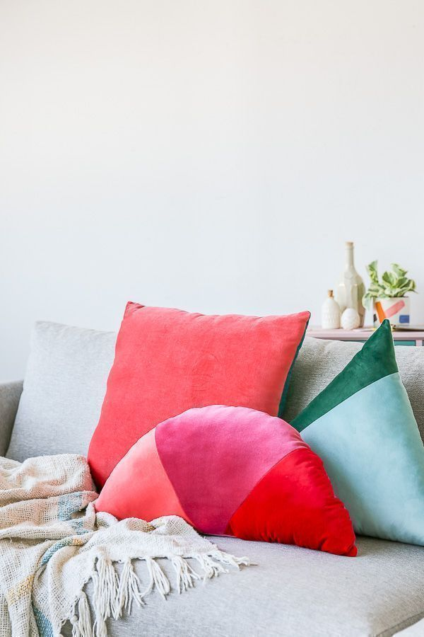Home Decor For Small Spaces How to Make Velvet Geometric Color Blocked Pillows.Home Decor For Small Spaces How to Make Velvet Geometric Color Blocked Pillows Sewing Pillows, Diy Pillows, Decorative Pillows, Cushions, Throw Pillows, Velvet Furniture, Diy Furniture, Diy Throws, Diy Casa