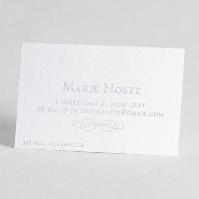Kies voor professionele Luxe Letterpress visitekaartjes op mooi gestructureerd luxepapier. Bij deze ambachtelijke druktechniek wordt de tekst in de kaart gedrukt met een optisch en voelbaar effect. Dit kaartje is uitgevoerd in zilverfolie, maar andere kleuren zijn mogelijk.