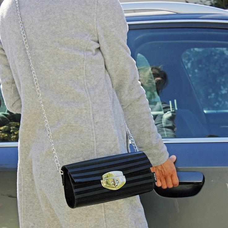 Bolso realizado con caucho de alfombrillas de coche. Cadena y broche