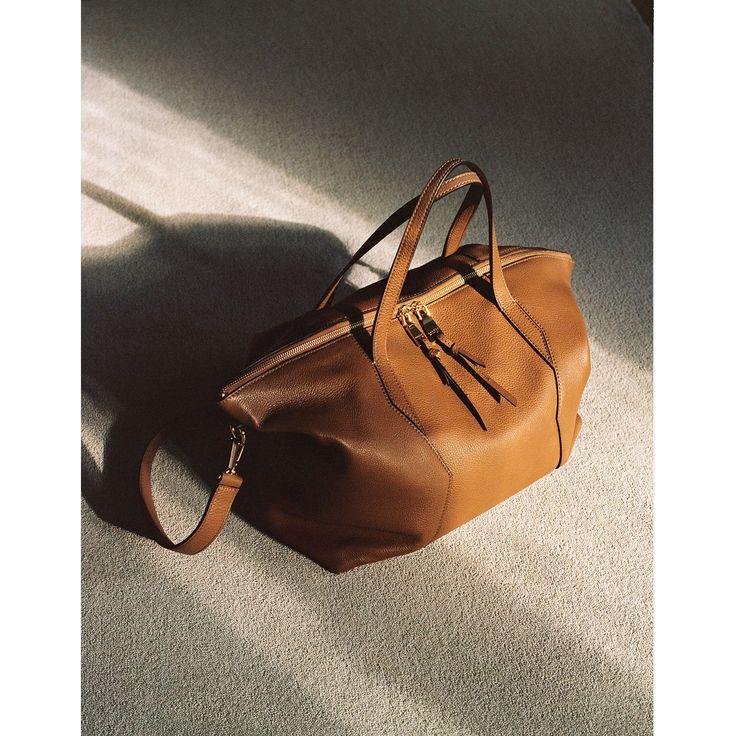 https://fr.sandro-paris.com/fr/femme/sacs-et-accessoires/collection-ete/sac-yza-tote-zippe/SA1072E.html?dwvar_SA1072E_color=1300