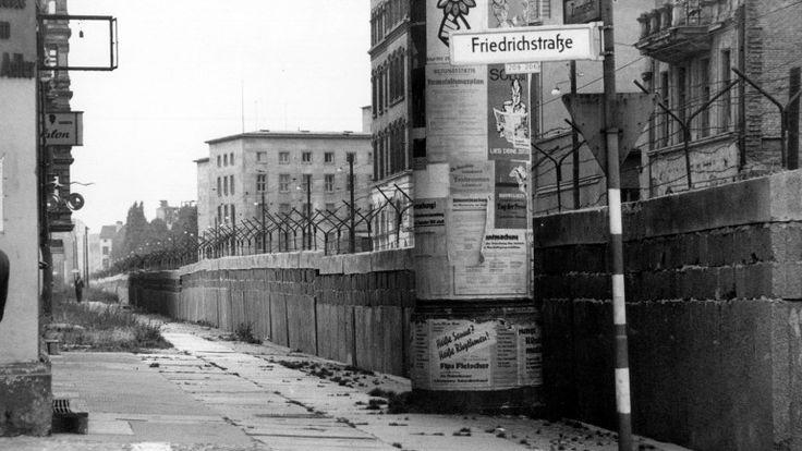 Die West-Berliner Seite der Mauer an der Ecke Friedrichstraße Zimmerstraße kurz nach dem Mauerbau (Foto: picture alliance)