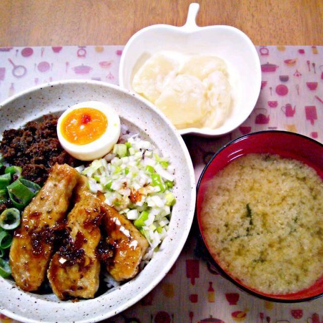 豚のしょうが焼き、塩ネギダレ、半熟卵、頂いた牛タンそぼろ ねぎ なんでものせのせ~ じゃがいもはすりおろしたにんにくとマヨネーズに少し牛乳を入れたやつ - 24件のもぐもぐ - 2月9日 厚切り豚のしょうが焼き丼 じゃがいものにんにくマヨネーズ和え お味噌汁 by sakuraimoko
