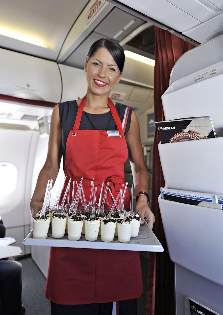 Με ένα μεγάλο χαμόγελο προσφέρεται από το πλήρωμα το γλυκό κέρασμα για την πρώτη πτήση!