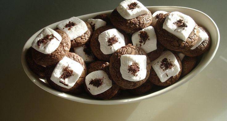 Przepis na czekoladowe krążki z piankami cukrowymi: W okresie przedświątecznym poszukiwałem niecodziennego przepisu na ciasteczka. Na prezentowany poniżej natrafiłem na pewnej angielskojęzycznej stronie. Od tamtej pory przyrządzałem ten przysmak wiele razy. Urósł on nawet do rangi przysmaku nad przysmaki.